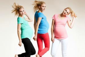 Illustration de l'article Les pièces basiques à avoir dans sa garde-robe de femme enceinte