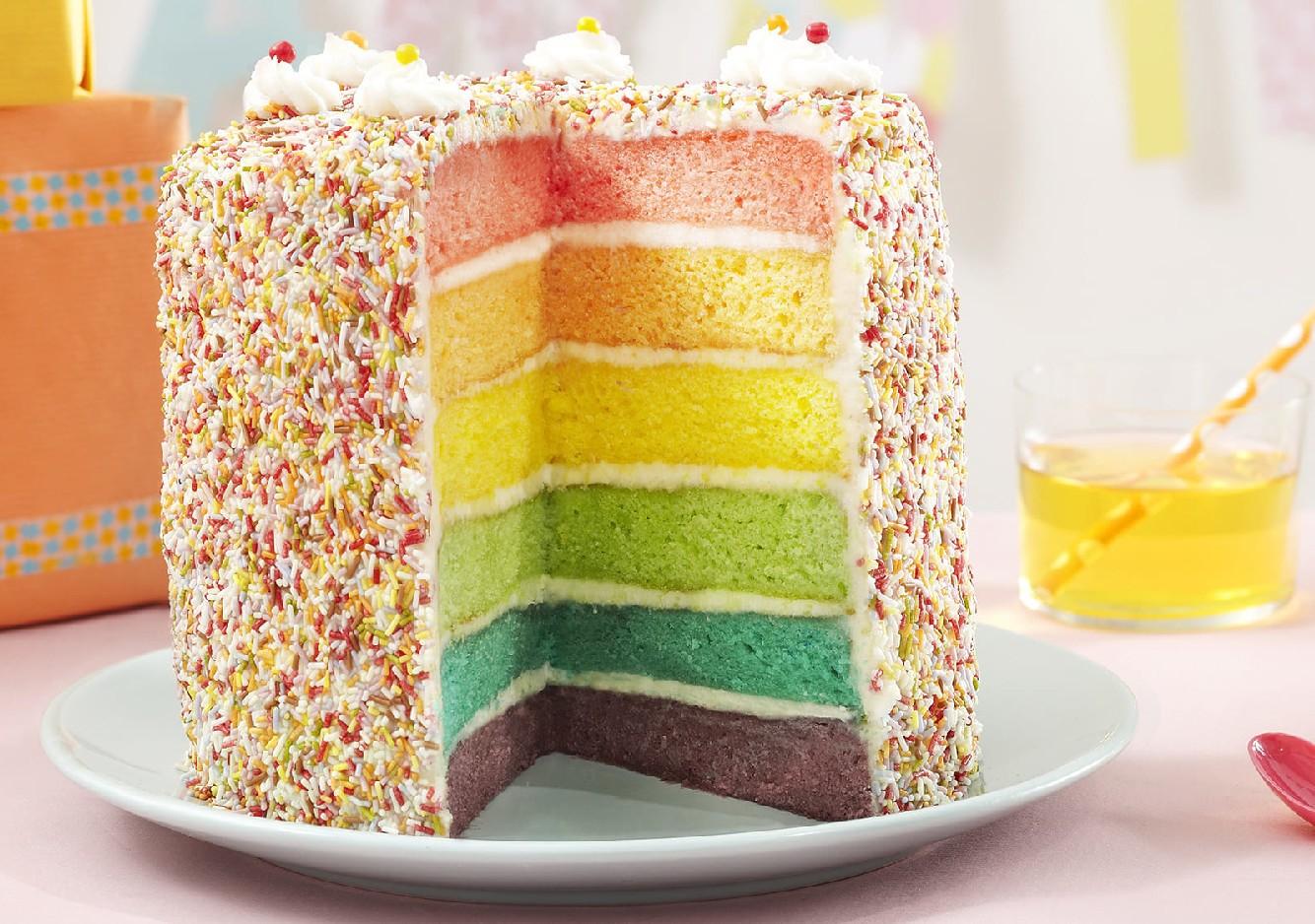 Gâteau d'anniversaire : la recette des mini rainbow cakes