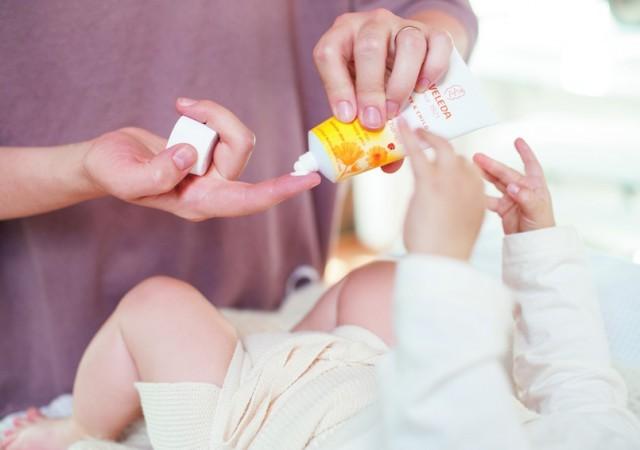 La crème pour le change Weleda testée par deux jeunes mamans