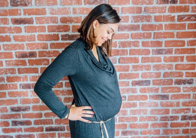 La robe-pull de grossesse et allaitement au col bénitier