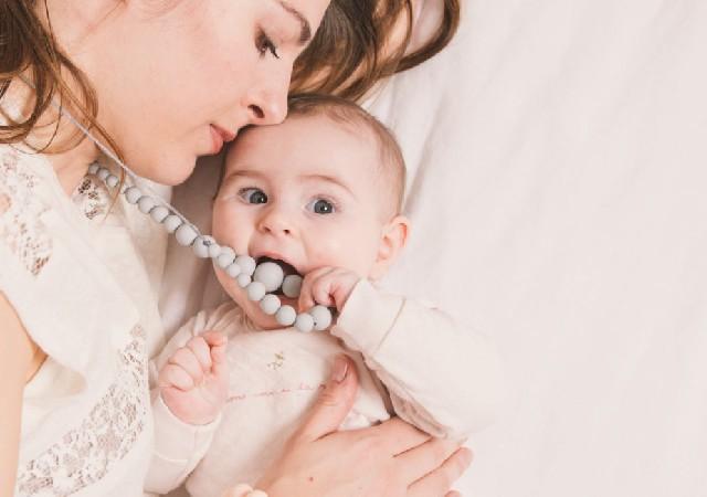 Le collier d'allaitement chic pour jeune maman