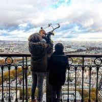 Grimper la Tour Eiffel et plonger la tête dans les nuages ☁️ ☁️☁️ #kidsdream #toureiffel #parisianlife #mespetitsmontagnards #mountainkids #parisview #parisiankids