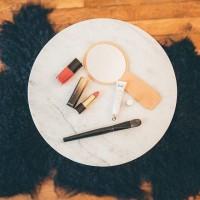 [L'ECLAT] Il suffit parfois de peu de choses pour rattraper les effets sur son visage d'une nuit trop courte, de journées trop longues.  Un bon contour de l'œil, des lèvres pimpées, une bb crème associée à un blush rosé ou abricot et si vous avez le temps, un petit accessoire cheveux pour twister le tout.  J'ai craqué sur le duo lèvres L'Absolu Rouge et son vernis @lancomeofficial qui offre une belle tenue. Adopté aussi le contour de l'œil hydratant teinté @laboratoire_svr, propose aussi une bbcreme pour un résultat très naturel.  A découvrir dans notre sac beauté > lien direct en bio Table en marbre et tapis @cyrillusofficiel  Photo @lovelyfamilyphotography #mumtobepartywinterbag  #mumtobepartybag #sacdecouverte #mumtobepartywinterbag #mumtobebag #mumtobe #cosmetiques #coffretfuturemaman #boxfuturemaman #cadeaufuturemaman #cadeaujeunemaman #cadeaunaissance #essentielsbeaute #grossesse #makeup #lancomemakeup #lancome #lancomelabsolurouge #yeslancome #laboratoiresvr #topialyse #topialysepalpebral #soineclat #contourdeloeil #contourdesyeux #soincontourdesyeux #bbcreme #vernis #vernisrouge