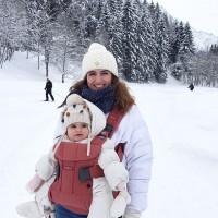 [BALADE DANS LA NEIGE] Mère et fille à Chamonix, profitant d'une neige fraîche et d'une petite accalmie. Comme nombre d'entre vous, notre maman testeuse avait préféré et acheté dès la naissance un porte-bébé physiologique @manduca.fr mais sa petite s'est mise à refuser la position ventrale, lui préférant une position face au monde. Ça vous est aussi arrivé ? Son avis sur le porte-bébé ONE de @babybjorn qu'elle utilise depuis les 7 mois de bébé ? «Il est vraiment top : il offre le même maintien sur les hanches, est léger et très facile à manipuler et le mega plus: avoir bébé face au monde … ! En plus le coloris terracotta est très sympa et le tissu très doux». Elle le recommande pour des balades de 30 min max pour ne pas ressentir de tensions dans le dos.  Le portage étant un sujet qui déchaîne les passions, nous savons que certaines mamans sont défavorables à cette position et ce produit, et que des alternatives pour porter bébé dans le dos ou sur la hanche sont possibles.  A chacun(e) son choix tenant compte des lectures et progrès faits par les marques !  Si vous avez des questions sur ce produit, nous les ferons passer à la marque (s'agissant ici d'un simple test, pas de sponsoring rémunéré, je précise) #portebebe #portebébé #baladeavecbebe #travellingwithkids #portage #porterbebe #BeYouBabyBjörn #babybjörn #chamonix #avismaman