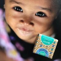 Toute l'année, ce savon solidaire dessiné par un petit garçon de 9 ans, sera proposé à la vente en soutien à un programme de lutte contre les déficiences visuelles chez les enfants.  Les profits des ventes de ce petit savon au karité de @loccitane_fr (vendu 4€) viennent appuyer le programme international de l' @unicef de distribution de compléments en vitamines À dans des pays en développement.  Une bonne action qui a déjà permis de toucher en 2017 400'000 enfants.  #savonsolidaire #loccitane #cecite #vitaminea #enfantsmalvoyants #unicef #defaillancevisuelle #deficiencevisuelle #beurredekarite #laitkarite #savonloccitane #actionsolidaire
