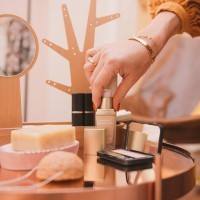 [MAQUILLAGE BIO] Comme dans le secteur du capillaire, il y a encore un long chemin avant de trouver autant de choix et de fun. Mais vous seriez étonnées parfois de la qualité, de la tenue et du confort comme avec cette marque allemande @annemarieboerlind.  Vous avez des marques fétiches en makeup bio/naturel ? (ne me citez pas Une Beauty, je pleure encore sa disparition!) Photo @candiceheninphotography  #maquillagebio #maquillagenaturel #maquillagesafe #greenmakeup #organicmakeup #maquillage #greencosmetics #cosmetiquesnaturels