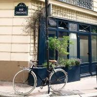 BALADE AU SOLEIL ☀️Votre week-end fut bon ? Ici c'était 100% montmartrois entre vide-grenier, activités pour kids et après-midi avec @flammarionjeunesse (voir les stories). Et balade dans les rues plus désertes et fleuries, où il fait bon vivre. Et SIESTE pour se remettre de cette semaine de folie ! On vous donne RDV demain pour un joli concours !  #montmartre #paris18 #sortiekids #pariswithkids #livrejeunesse #perecastor #montmartraddict