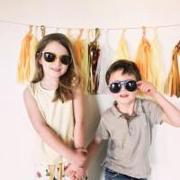 [COMPLETEMENT TORDU(E)S] Prendre ses kids en photo, avant le départ pour l'école, mais quelle idée…pourtant ils en rêvaient de ce moment où ils essayeraient leurs lunettes trop stylées. Dans quelques jour elles seront dans la valise des vacances !  Quelle réussite cette collection CraZyg-Zag de @kietlafrance qui s'adapte à la vie mouvementée des enfants : les lunettes se tordent et reviennent à leur place !  RDV ce soir pour parler de voyage…des plus-petits qui ont aussi leurs lunettes et chapeaux adaptés pour les protéger