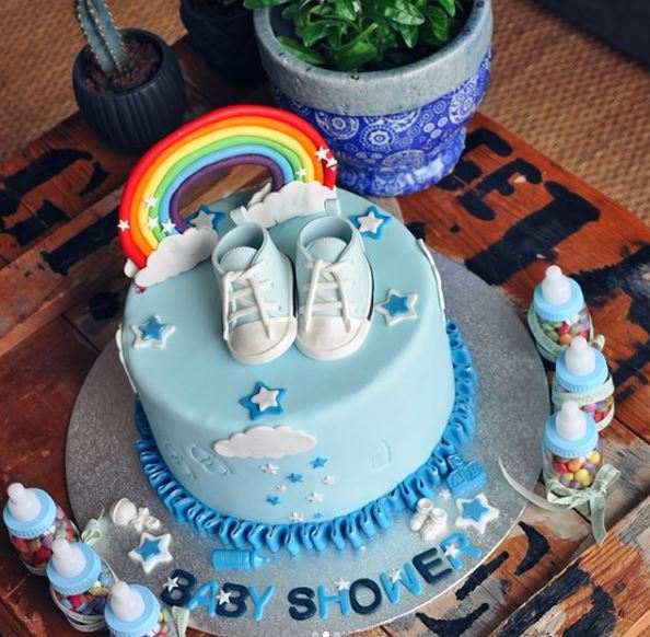 baby-shower-cake-design-chaussons-arc-en-ciel