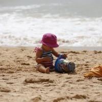 [FACE À LA MER] Nous le voyons grandir, notre petit bout, avec sa pelle et son sceau. Cela ne serait pas surprenant qu'il ait envie de manger du sable, et de gratter ses yeux. J'ai connu ces épisodes de panique et pleurs mais vite oubliés…j'avais toujours du sérum physiologique et des compresses dans une trousse hermétique dans le sac de plage. Et vous, vos astuces pour le sable dans les yeux et la bouche ? Photo @lesptitesmainsdabord  #vacancesdete #bebe #baby #summerholidays #mum #plage #instabeach #sable #holidays #enfantplage #mum #beach #chateaudesable #kidonthebeach #kidsonholiday #bebealaplage #vacancesavecbebe