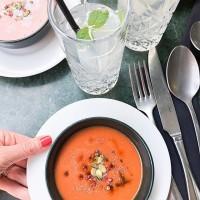 [SOUPE FROIDE] Je me souviens, pendant la grossesse, le jus de tomate et le gaspacho étaient mes meilleurs amis pour les apéros et les petites entrées. On a adoré cette semaine cette soupe servie par @lediscret18 rehaussée de graines de courge, piment d'Espelette et baies rouges. Enjoy your saturday ! #food #healthyfood #foodporn #soupefroide #gaspacho #jusdetomate #tomate #soup #tomatosoup #soupetomate #aperitif #apero
