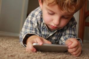 Les écrans et les tout-petits : quel danger ?