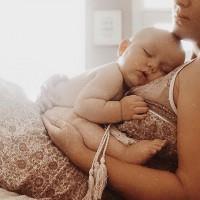 [AVOIR LE CHOIX] En France, presqu'une femme sur cinq accouche par césarienne. Certaines l'ont choisie, pour d'autres celle-ci s'est vue être nécessaire. Karima, elle, a fait le choix d'accoucher par césarienne de convenance pour sa seconde grossesse. Une décision mûrement réfléchie, où elle a pesé le pour et le contre. Son récit est disponible sur le site dans un nouvel article > lien en bio.  Crédit photo : @christine_simplybloom #grossesse #accouchement #cesarienne #cesarienneprogrammee #choixaccouchement #liberteaccouchement #mumtobe #futuremaman #mumlife #jeunemaman #enceinte #preparersonaccouchement #cesariennedeconvenance