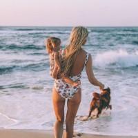 [SUNSET WITH FAMILY] L'une des choses que l'on préfère l'été ! Profiter en famille des si beaux couchers de soleil qui se jettent dans l'océan, tout en écoutant le bruit des vagues qui se cassent sur le sable. Tellement apaisant. Et vous, qu'est ce qui vous rend heureuse l'été en vacances ou à la maison ? Bon week-end à toutes !☺️ Crédit photo @amberfillerup  #sunset #sunsetwithfamily #sunsetwithkids #coucherdesoleil #famille #mumlife #family #kids #summer #vacances #holiday #maman #familytime