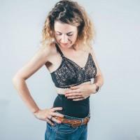 [GAINE] Vous n'avez pas eu le temps ou osé porter une ceinture abdominale Belly Bandit dès votre accouchement ? Ou vous l'avez utilisée mais souhaitez masquer encore votre petit ventre discrètement sous vos vêtements ? Voici une des nouveautés de notre e-shop, certainement faites pour vous ! C'est une gaine (ou corset) imaginé par le leader des sous-vêtements gainants Belly Bandit ! . Pas de crochets, ni de boutons-pressions, ni de zips, ce corset s'enfile comme un t-shirt, gaine efficacement et reste bien en place grâce à ces baleines latérales ! C'est l'accessoire idéal pour vos tenues de fin d'année