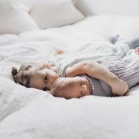 [AU CHAUD] Câlins d'amour entre frère et soeur. On profite des derniers instants du week-end pour se lover sur le lit ou le canapé et faire le plein d'énergie avant cette dernière semaine de novembre ❤️ . credit photo @pinterest #dimanche #sunday #cocooning #sibling #amour #family #happyfamily #happykids #instakids #kids #jeuneparent #jeunemaman #parents #bro #brother #sister #calin #hug #hugs #dodo #sleep #sleeptime
