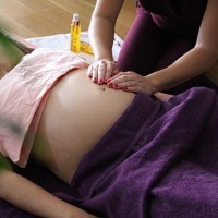 [MASSAGE AU SOL] Vous voulez connaître les bienfaits d'un massage prénatal au sol, sur un futon, qui combine manœuvres sur plusieurs zones et notamment sur le ventre (si ça vous tente !), le tout à votre domicile ? . May a testé chez elle ce soin unique proposé par @lunaissance et nous raconte tout en détail. Pour lire son avis > lien direct en bio. . Photo @plumproduction  avec @daylily_paris  #avisdemaman #mumtobetesteuse #massageprenatal #massagegrossesse #massagefuturemaman #grossesse #bienetrefuturemaman #massagefemmeenceinte #massageadomicile #massagefuton #massagefemmeenceinte #votreavis #lunaissance #massageparis #soinfuturemaman #nostress #maternite #mumtobe