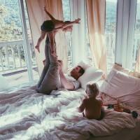 [I BELIEVE I CAN FLY] Qui n'a jamais rêvé, enfant, de voler ? . «Encore ! Plus haut !» . Photo @pinterest  #dadandkids #kidstime #senvoler #joueravecsonenfant #playwithkids #jeudenfant #revedenfant