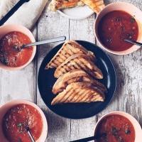 [ZERO GÂCHIS] Le dimanche c'est objectif zero gâchis, en finissant tout ce qu'il reste dans le frigo ou les armoires des courses du début de semaine. . Par exemple chez @todaywecooked ils ont réalisé une soupe à la tomate et aux carottes rôties au thym et des toasts fourrés avec les différents fromages qui restaient dans le réfrigérateur. . Et vous qu'avez vous préparé de bon avec les restes de la semaine ? . #instafood #sundaymood #sundaylunch #cuisinerlesrestes #zerogachis #toasts #soupetomate #ideerecette #sundaybrunch #yummyfood