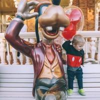 [IT'S A KIND OF MAGIC] «Ah Disneyland, le rêve, la féerie…trop de chance». Il suffit d'évoquer un week-end pour susciter ces réactions. Une chose est certaine, à partir d'un certain âge, les enfants effectivement adorent. Mais avant, avec des tout-petits, ne croyez pas que ce soit que de la magie et «parents-friendly». . Réfléchissez bien et surtout préparez votre première visite au pays de Mickey. . Pour vous aider, plein de conseils sont sur le site (lien en bio) pour survivre à cette première escapade et la rendre la plus agréable pour TOUTE la famille (sans vous ruiner non plus). . Photo @amberfillerup #disneylandparis #disney #disneyenfamille #weekendadisney #voyagefamille #ideessortiesenfants #parcdattraction #kidsfriendly  #weekendadisney #jeunesparents #weekendavecbebe #funforkids #manege #jeuxenfants #parcdattraction #survivreadisney #disneyland #lamagiedisney