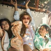 [COUP DE COEUR] Instagram permet souvent de jolies découvertes et c'est le cas ici avec la marque @lea_jojo_raincoats ! De jolis imperméables et maillots de bain nés du désir de deux copines mamans d'offrir une alternative aux textiles traditionnels polluants mixé au talent d'une jeune illustratrice qui a su donner vie à cette marque avec des imprimés amusants et des couleurs acidulées ! . Big up à cette entreprise fribourgeoise