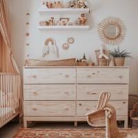 [WOOD INSPIRATION] It's all about details. Prendre le temps de choisir les meubles et la disposition avant l'arrivée de bébé, choisir le bon lit, la table à langer, les étagères et toute la déco qui fera de ce lieu un endroit magique et apaisant pour lui comme pour vous. Puis le bonheur de le voir s'épanouir dans cet endroit, son endroit. Pas besoin de grand espace, juste ce qu'il faut pour qu'il s'y sente bien. . Dans cette chambre, le bois et l'osier nous transmettent tous leurs charmes. . @mylittleroomch #decochambreenfant #inspidecochambre #kidsbedroom #kidsdeco #inspiration #bunkbed #girlsroom #girlsroomdecor #momsofinstagram #interior #interiordecorating #girlsroomideas #bohemiantheme #chambrebebe #chambreenfant #decorationchambreenfant #decoration #decorationinterieur #wooddecor #wooddecoration