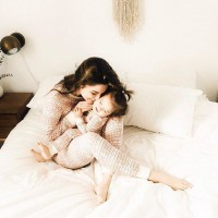 [PEAU CONTRE PEAU] Tous ces petits rituels du coucher ou du réveil, comme les siestes du dimanche. Vous êtes plutôt chatouilles dans le cou, grattage du dos, doux massage du crâne ou des orteils, sieste l'un contre l'autre ? . Les vertus du toucher et du peau à peau sont infinis, pour nos petits comme pour nous. L'essence de la communication humaine.  Bons câlins !  #calins #mumlife #childhood #parenthood #mumanddaughter #sundaymood #momentcalin #peaucontrepeau #jeunemaman #amourmaternelle #inconditionnallove #love #maman #mumtobeparty