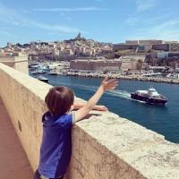 [MARSEILLE] Charmante, vivante, déroutante. Nous sommes allés saluer la belle citée pendant 24h et avons plusieurs adresses à partager pour une virée en famille. . RDV en stories pour les découvrir et commentez ici si vous avez aussi une adresse préférée à Marseille ! . #marseille #marseilleenfamille #marseillewithkids #travellingtomarseille #marseilleenfant #kidsinmarseille #voyagerenfamille #voyageravecdesenfants #kidsfriendly #hotelkidsfriendly #hotelmarseille #vieuxportmarseille