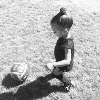 [MON GENRE] J'ai eu la chance de pratiquer le foot petite sans qu'on me fasse sentir que je n'étais pas à ma place, parce que le foot, c'était tout à fait mon genre et tellement fun ! Inspirée par son papa grand amateur, ma fille rejoindra l'année prochaine une équipe féminine à sa propre demande et j'ai hâte de voir ses exploits !  Même si le sport féminin gagne en exposition médiatique et en intérêt, les idées reçues ont la dent dure, tout comme les injonctions très tôt à rejoindre un club de danse plutôt que de foot (et inversement pour les petits garçons !), et les décisions de reléguer les sportives au second plan comme c'est le cas cette année de la demi-finale dames à @rolandgarros. Bref, il y a encore du chemin!  Et vous, serez-vous au rdv pour encourager nos Bleues ?  #footballgirl #footballbaby #sportfeminin #rolandgarros #foot #tournoisdefoot #soccerlover #girlsoccerlover #fillefootball #littlegirl #lovefootball #girlsplayingfootball #fieresdetrebleues #womensworldcup photo @kimkardashian